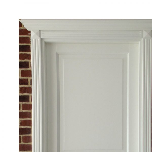 Usa de interior din Stejar Masiv Stratificat, cu capitel si cornisa, finisaj alb, ISM-016ACC