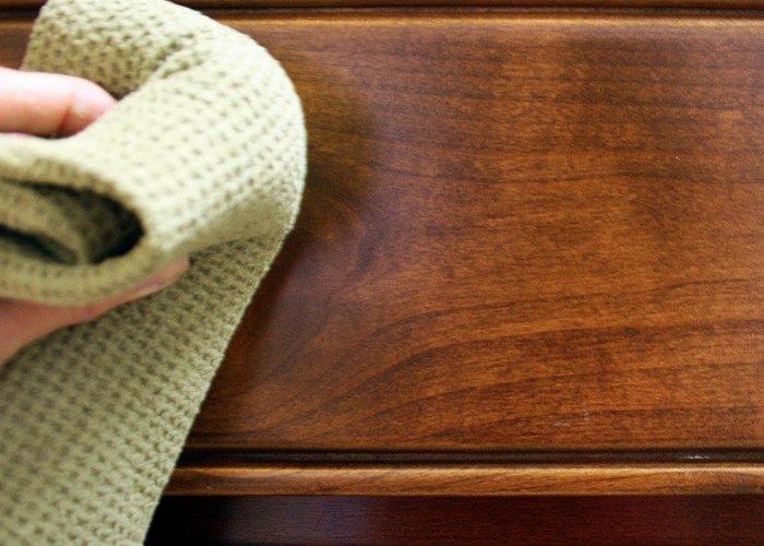 cum curatam usile din lemn